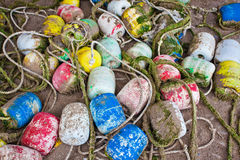 Fondo hecho de boyas coloridas en la arena Fotografía de archivo