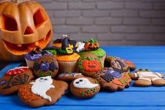 Fondo hecho en casa w de las galletas y de las magdalenas del pan de jengibre de Halloween Fotografía de archivo libre de regalías
