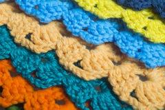 Fondo hecho a mano de la textura de las tiras de las lanas que hace punto Fotos de archivo libres de regalías