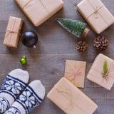 Fondo hecho a mano de las cajas de regalo del día de fiesta de la Navidad Visión desde arriba Imagen de archivo libre de regalías