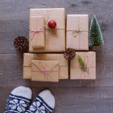 Fondo hecho a mano del regalo del día de fiesta de la Navidad Visión desde arriba Foto de archivo libre de regalías