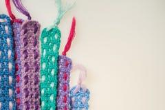 Fondo hecho punto hecho a mano de la textura de las tiras de las lanas Fotos de archivo libres de regalías