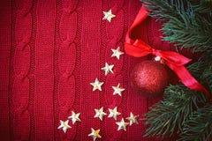 Fondo hecho punto rojo de la Navidad con el abeto de la rama Fotografía de archivo libre de regalías