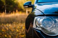 Fondo hermoso con el coche azul en frente Foto de archivo libre de regalías