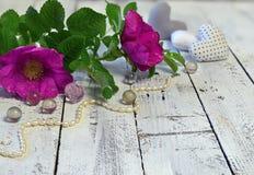 Fondo hermoso con las rosas, el collar de la perla y los corazones salvajes con el espacio de la copia en tablones Fotos de archivo libres de regalías