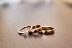 Fondo hermoso con los anillos de bodas Fotos de archivo