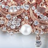 Fondo hermoso de la joyería con oro y perlas Fotografía de archivo