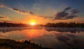 fondo hermoso de la naturaleza paisaje brumoso maravilloso mañana de niebla que sorprendía, el cielo colorido reflejó en el agua  foto de archivo libre de regalías
