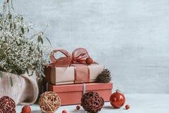 Fondo hermoso de la Navidad con las decoraciones y las cajas de regalo o foto de archivo