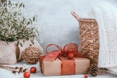 Fondo hermoso de la Navidad con las decoraciones y las cajas de regalo o imagen de archivo