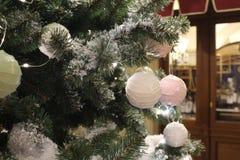 Fondo hermoso de la Navidad con las ramas y las decoraciones del abeto imagen de archivo
