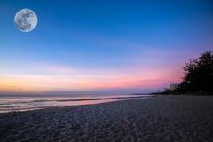 Fondo hermoso de la salida del sol de la puesta del sol en la playa con la luna estupenda Imagenes de archivo