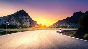 Fondo hermoso de las montañas de la puesta del sol del camino hermoso de la curva Imagen de archivo libre de regalías