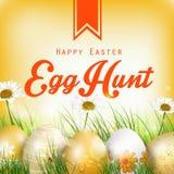Fondo hermoso de Pascua con las flores y los huevos coloreados en la hierba Imagen de archivo