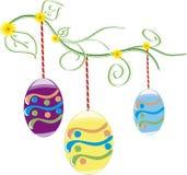 Fondo hermoso de Pascua con los huevos de Pascua coloridos en la hierba verde joven Foto de archivo