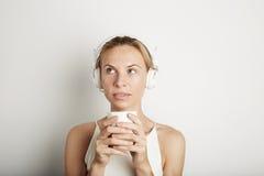 Fondo hermoso del blanco del espacio en blanco de los auriculares del jugador de música de la mujer joven del retrato que escucha Fotos de archivo libres de regalías