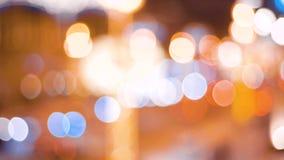 Fondo hermoso del bokeh Iluminación abstracta urbana Resplandor festivo Los coches van en el camino almacen de video