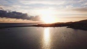 Fondo hermoso del cielo azul con puesta del sol existencias Vista superior de la puesta del sol en el mar Puesta del sol dramátic almacen de metraje de vídeo