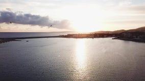 Fondo hermoso del cielo azul con puesta del sol existencias Vista superior de la puesta del sol en el mar Puesta del sol dramátic almacen de video