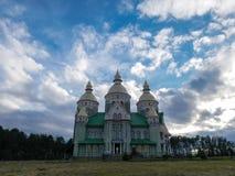 fondo hermoso del cielo nublado de la iglesia Imagenes de archivo