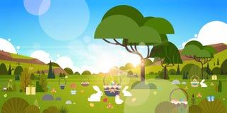 Fondo hermoso del día de fiesta de Pascua con el jardín y Bunny Rabbit Eggs In Grass verdes Imágenes de archivo libres de regalías