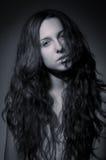 Fondo hermoso del gris de la muchacha. Imagen de archivo