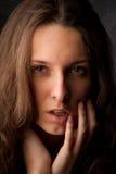 Fondo hermoso del gris de la muchacha. Foto de archivo libre de regalías