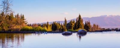 Fondo hermoso del panorama con el lago, piedra Fotos de archivo libres de regalías