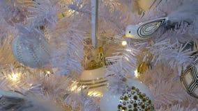 Fondo hermoso para la celebración de la Navidad con los ornamentos decorativos almacen de video