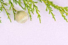 Fondo holday simple con el ornamento de oro, rama de árbol de abeto a Foto de archivo libre de regalías