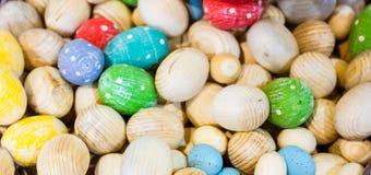 Fondo horizontal con los huevos de madera - foto de Pascua con el selec Imagenes de archivo