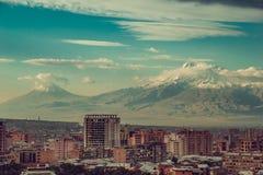 Fondo impressionante del monte Ararat Paesaggio urbano di Yerevan Viaggio in Armenia Industria turistica Cielo nuvoloso Architett fotografia stock