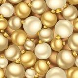 Fondo inconsútil con las bolas de la Navidad del oro. Fotografía de archivo libre de regalías