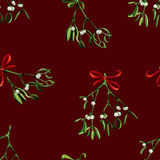 Fondo inconsútil de la Navidad de la acuarela con el muérdago y la cinta roja Foto de archivo libre de regalías