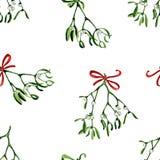 Fondo inconsútil de la Navidad de la acuarela con el muérdago y la cinta roja Imagen de archivo