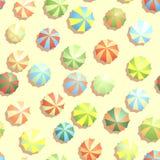 Fondo inconsútil muchos parasoles en la playa. Imagen de archivo