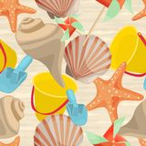 Fondo inconsútil del verano con las conchas marinas, estrellas de mar, cubo del bebé Fotos de archivo libres de regalías