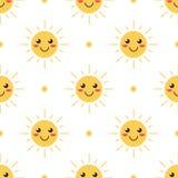 Fondo inconsútil sonriente del modelo del sol de la historieta del diseño plano Foto de archivo