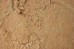 Fondo incrinato di struttura della parete del fango immagine stock