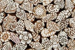 Fondo indiano Foglia, fiore, modelli, simboli del sole su struttura di legno dei blocchetti della stampa, per l'abbigliamento asi Fotografie Stock