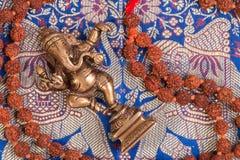 Fondo indio con los diversos objetos rituales Foto de archivo