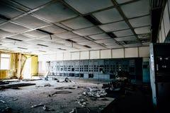 Fondo industrial abandonado, sitio arruinado grande con los gabinetes del hierro Imagenes de archivo