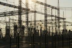 Fondo industrial - siluetas de las instalaciones eléctricas de la subestación Foto de archivo