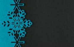 Fondo insolito di natale di progettazione con i fiocchi di neve blu Fotografie Stock