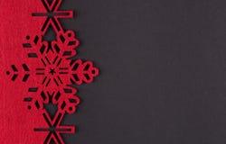Fondo insolito di natale di progettazione con i fiocchi di neve e lo spazio rossi della copia fotografie stock libere da diritti