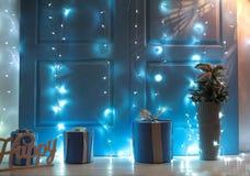Fondo interior del ` s del Año Nuevo de la Navidad con los regalos y las luces Imagen de archivo libre de regalías