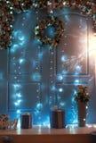 Fondo interior del ` s del Año Nuevo de la Navidad con los regalos y las luces Imagen de archivo