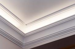 Cornisa iluminada, fondo interior brillante Imagen de archivo