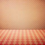 Fondo interno d'annata di lerciume con il pavimento controllato e la parete rosa dei pois fotografia stock libera da diritti