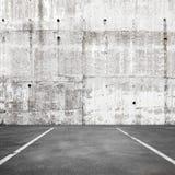Fondo interno di parcheggio vuoto astratto con segnaletica stradale immagine stock